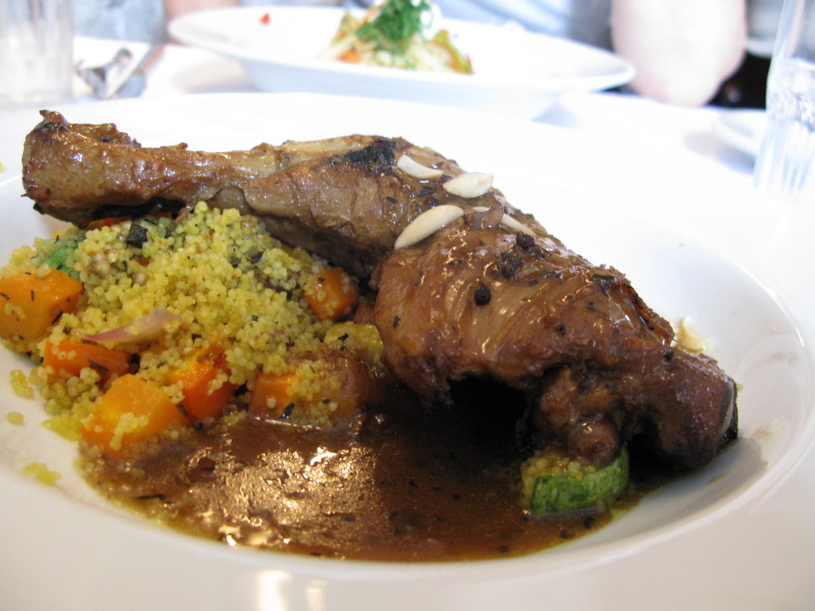 Tagine de frango com vegetais e couscous marroquino