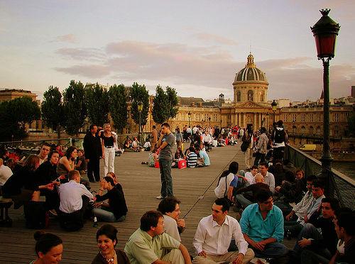A Pont Des Arts, fica cheinha de gente, durante toda a noite. Foto: [phil h], Flickr