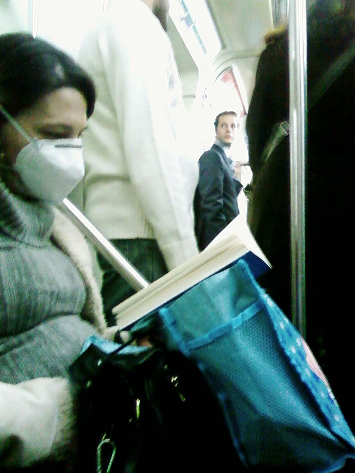 Mulher de máscara no metrô de São Paulo